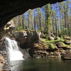 Vid ett fint vattenfall i skogen