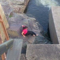 Letar efter en geocache vid Dubbsjö Vattentunnel